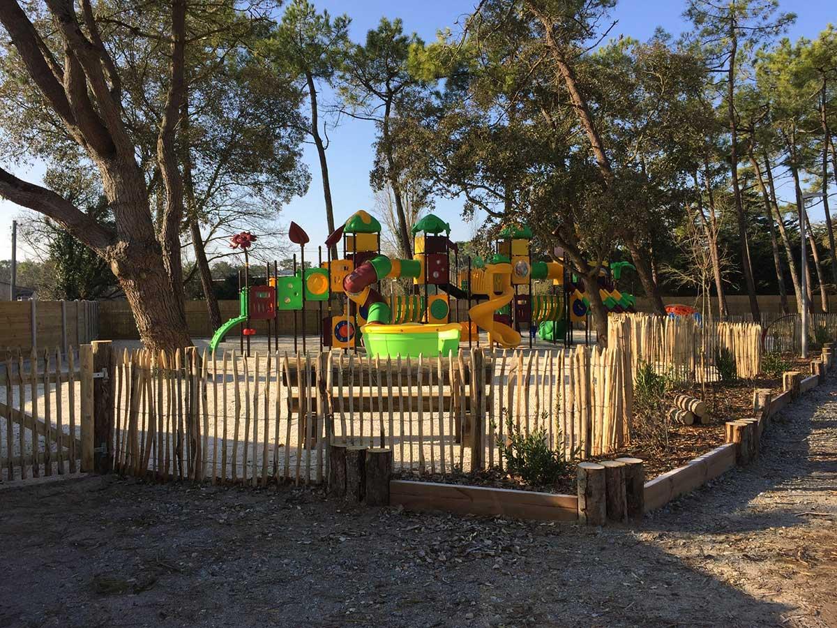 l'aire de jeux enfants du camping ouvert à l'année